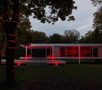 https___hypebeast.com_image_2019_10_geometry-of-light-mies-van-der-rohe-farnsworth-house-iker-gil-luftwerk-red-lights-1